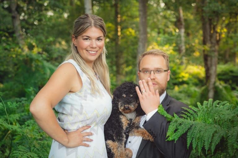 Hochzeitsfotos im grünen Wald-Brautpaar in Münster mit Hund