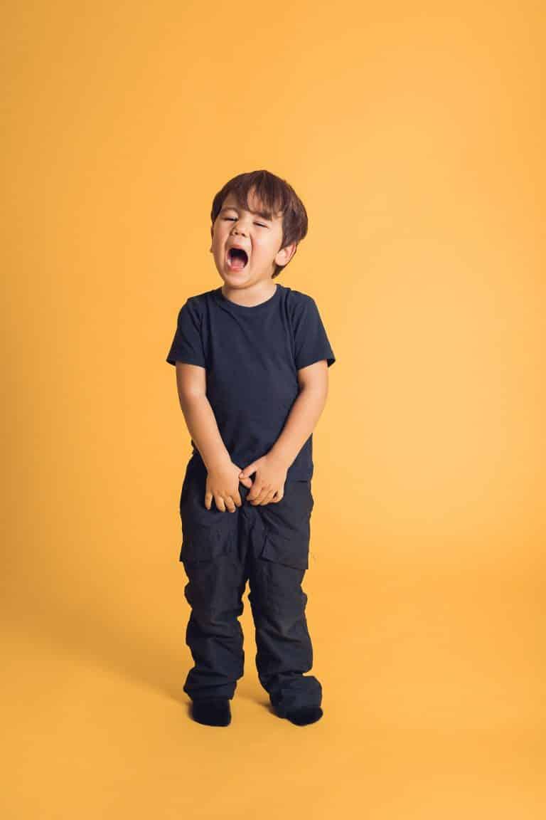 Kinderfotos vor gelben Hintergrund im Studio