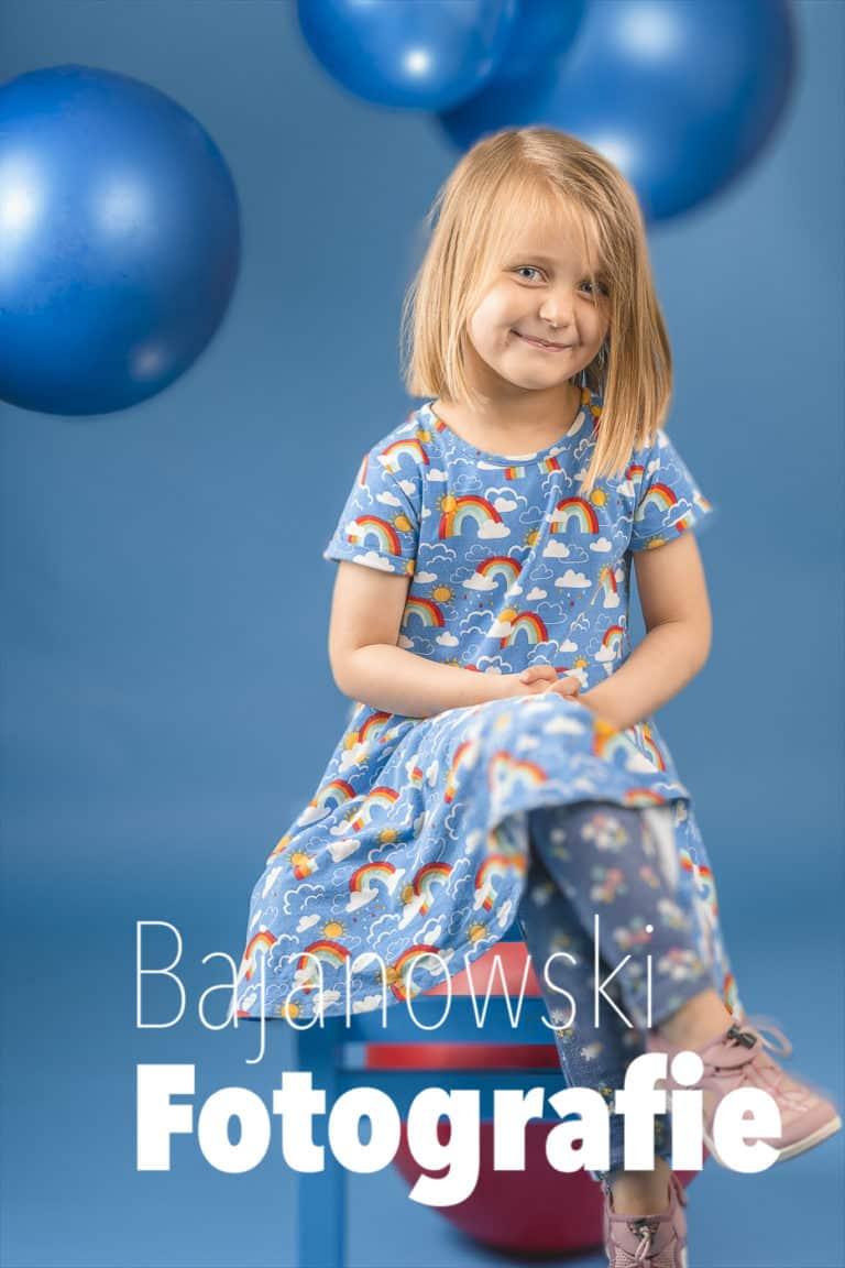 Kitafotos Kind vor blauem Hintergrund